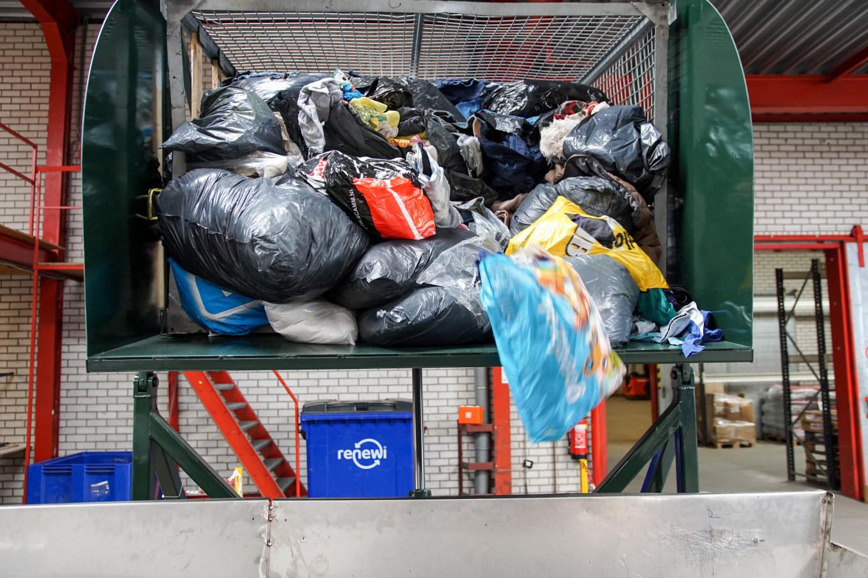 Textiel komt binnen in het sorteercentrum