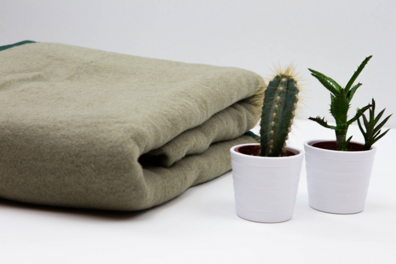 Een van de dekens, gemaakt van oude defensie uniformen.