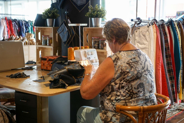 In onze ReShare Stores vinden mensen een dagbesteding door bijvoorbeeld kleding te reparen