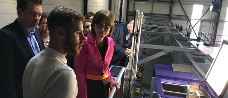 Carla DIk-Faber staat bij de Fiber Sort Machine