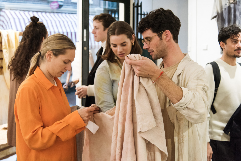 Sjaak Hullekes praat met klanten tijdens de drukke opening van de pop-up Store.