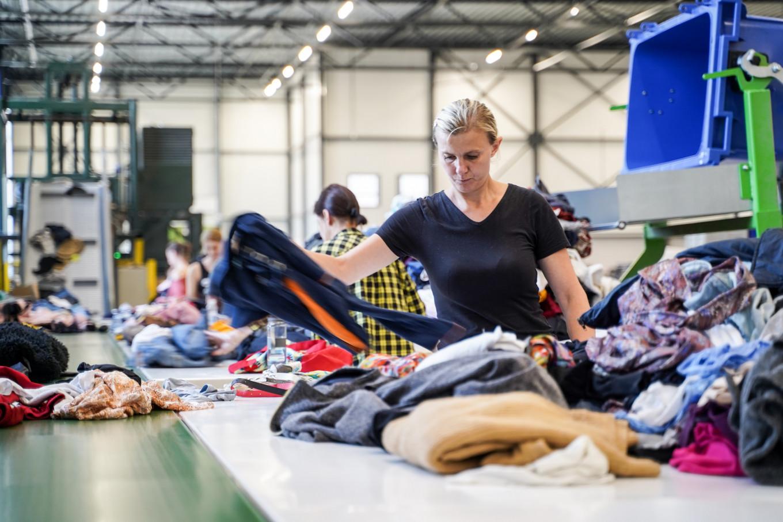 In de sorteercentra werken wij elke dag hard om de door jou gedoneerde textiel en kleding te sorteren en een tweede leven te geven.