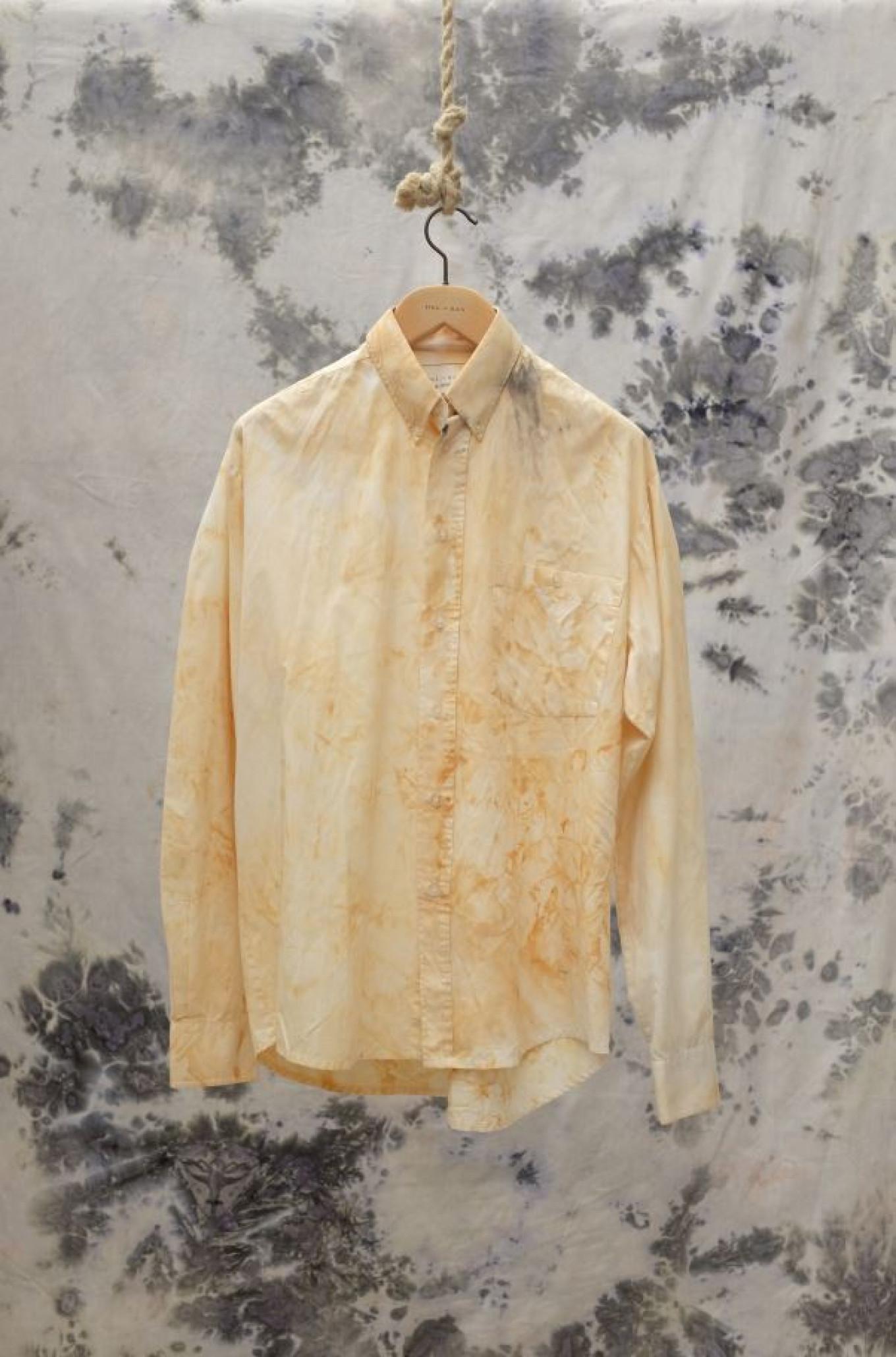 Dit overhemd dankt zijn gele kleur en vlekken aan uienschillen.