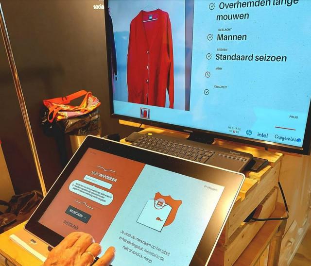 Op een scherm is te zien dat een computerprogramma een foto van een blouse herkent en beoordeelt.